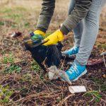 mujer-voluntaria-limpiando-basura-parque-recoger-basura-al-aire-libre_106029-70.jpg